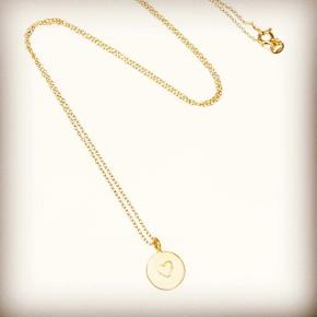 Forgyldt sølv halskæde med mønt med hjerte. Længde 45 cm