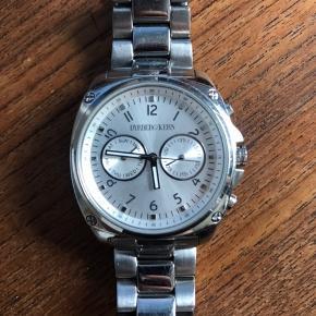 Meget fint Dyrberg/Kern ur. Købt for et års tid siden. Brugt men passet meget på. Har et par små ridser men er i meget pæn stand.