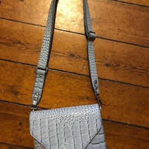 Tasken er en smule slidt i venstre hjørne, men intet man ligger mærke til når man har tasken på (ses på sidste billede)
