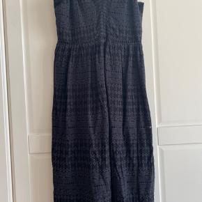 Ubrugt HM kjole i sort med fine detaljer.  BYD gerne