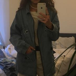 Vintage jakke. Denim. Str. S  Blomsterbroderi.
