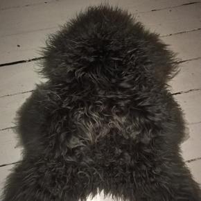 Smuk langhåret og økologisk lammeskind fra Bolia. Trænger til en tur med en hårbørste ellers i rigtig god stand✨