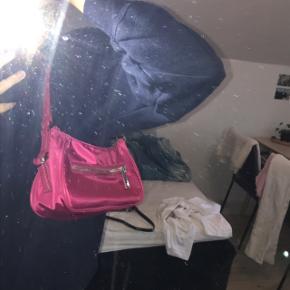 Pink Topshop skuldertaske som er brugt én gang.   Køber betaler selv fragt.  Sender med DAO⭐️  Sælger også New Balance, MAC, Glossier, Maria Black og Rosemunde:))
