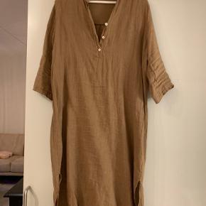 Brun hør kjole fra tiffany brugt 3 gange  Str s/m np 700kr