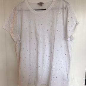 """Fin t-shirt fra H&M, hvid med """"diamanter"""". Aldrig brugt.   Sender gerne - køber betaler fragten.  Se evt. mine andre annoncer 😊"""