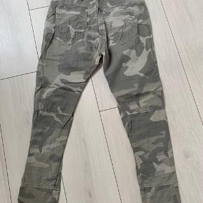 Fede lyse camouflage  bukser med elastik og bindebånd i talje...., 97% bomuld, 3% elastan  Længde : 95 cm Livvidde : 2x 39 cm  Bytter ikke , mindstepris 175 kr