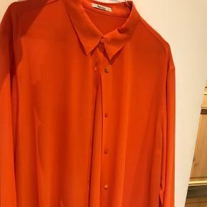 Fin lang skjorte/kjole fra acne. Jeg er en størrelse 36 normalt, og passer som oversize.