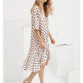 Sælger denne Kevin kjole fra Designers Remix i str s da jeg ikke får brugt den, og den er lidt for lang til mine korte ben.