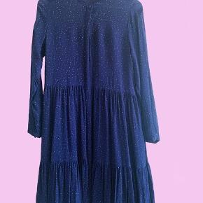 Fin prikket kjole fra Boii. Løs fit så passer også en str medium.