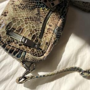 Brenda Snake taske fra Nùnoo. Brugt meget få gange og i super stand. Begge kæder medfølger, er aftagelige og kan bruges hver for sig. Den perfekte lille taske.