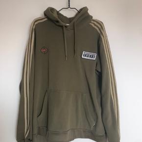 Fleece hoodie fra Adidas x Neighborhood. Super blød og varm. Brugt 2 gange og er som ny. Løs pasform. Er altid åben for fair bud.
