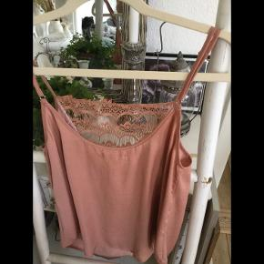 Flot top fra Moss Copenhagen i rosa bronze nuance og blonde detaljer, str S, brugt lidt men i pæn stand fejler intet.  Pris 60 kr + porto