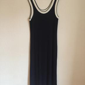 Cool kjole fra Arket i mørkeblå med hvide detaljer foroven.