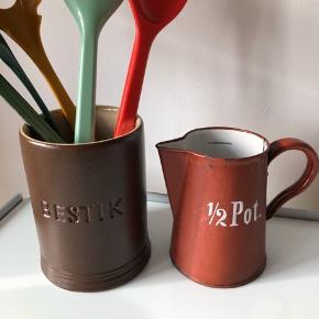 Brun keramik bestikholder 40kr Retro bordeaux 1/2 pot kande 60kr  ▪️Velkommen i shoppen 🤩👗☘️ ▪️Bud er altid velkomne 🌹📸💰 ▪️Tager ikke billeder med tøjet på ‼️‼️ ▪️Sender udvalgte varer 📦🔍💌 ▪️Afhentning nær Nørrebro st. ☑️ ▪️Ingen byttehandler 🔁🌸🖖🏼🌼