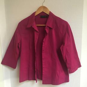 Pink skjorte fra Fransa. Størrelse L, men passer fint både Medium og Small. Aldrig brugt, har kun klippet prismærket af