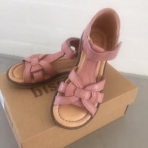 De fineste sandaler, som desværre ikke faldt i min datters smag alligevel - hun nåede dog at hive mærket af desværre. Nypris 600kr.