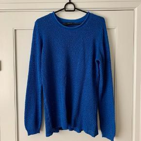 Blå trøje. Se billede 2 for tykkelse/tæthed. Du er altid velkommen til at prøve inden et evt. køb