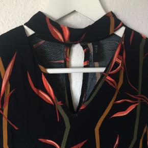 Y.A.S - bluse Str. XS Næsten som ny Farve: sort med mønster Lavet af: 100% viscose Style: YASSALVIE CHOKER LS TOP Mål: Brystvidde: 92 cm hele vejen rundt Længde: 65 cm Køber betaler Porto!  >ER ÅBEN FOR BUD<  •Se også mine andre annoncer•  BYTTER IKKE!