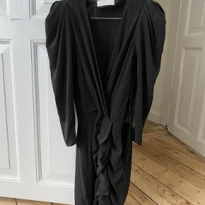 Beautiful mini dress. Used one only  Black in size 1 (36)