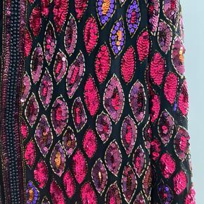 Sælger den smukkeste vintage blazer fra amerikanske designer Oleg Cassini. 100% silke. Den har skulderpuder som man kan pille ud.  Købt i New York, for 650 dollar.