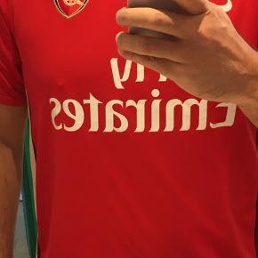 Lækker original Arsenaltrøje. Once a Gunner, always a Gunner!  Kig i shoppen, måske der kan opnås mængderabat?    Alt er vasket med Neutral, kommer fra et røgfrit hjem og bliver pakket flot ned.
