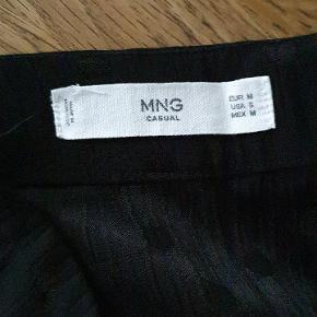 Smuk nederdel med slids og sorte prikker, lynlås i siden