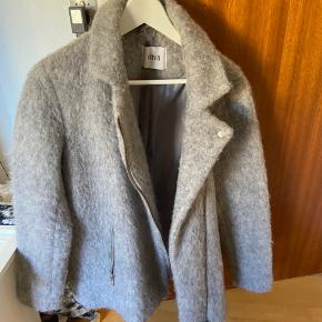 Grå frakke/jakke fra envii. Brugt men i utrolig god stand. Udgået model, mp. 200kr:-)