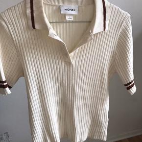 Sælger denne bluse/top fra Monki. Stoffet er virkelig noget af det blødeste. Tag den for 150 kr. ✨