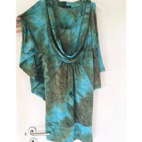 Flot turkis / blå / grønlig kjole / tunika fra Uldahl. Str. 38. Løs model, men går lidt ind forneden. Brugt, men i pæn stand. Nypris 599,-