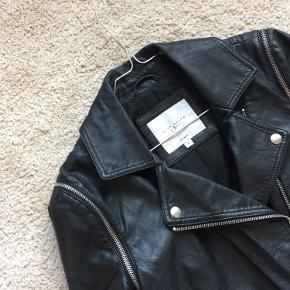 ✨ LILY ALLEN x VEROMODA ✨ Imiteret læder jakke med fede rå lynlås og trykknap detaljer.  Ærmer kan lynes af og jakken kan derefter bruges som vest 🖤 Længde (nakke til bund): 51cm  OBS: lille slid mærke på front, se billede med rød cirkel ⭕️.  Ellers flot stand.