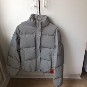 jakke fra mærket calvin klein 💿💿💿   str xs og er reflekterende, lyser i mørket 🔦🕯💡🌟