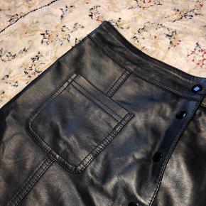 Flot nederdel med læder-look🌟 Aldrig brugt.
