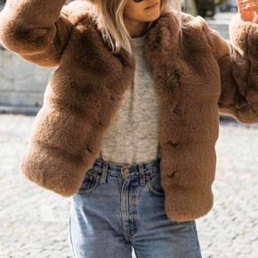Ikke brugt og har prismærke på.   Str. L - købspris 1500 kr.   Fin, elegant kort faux fur pels jakke i smuk brun farve fra Neo Noir. Jakken lukkes med fem skjulte trykknapper, er i lækker blød kvalitet med høj krave og to sidelommer.