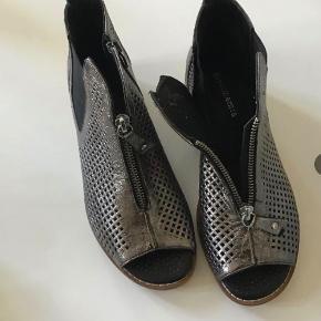 Mammamia flotte nye peeptoo læderstøvler. Lynlåse 2 steder. Indvendig sållængde 23 cm.