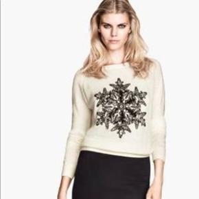 Flot sweater fra H&M, med smukt snefnug broderet med perler og pailletter, på fronten. Strikken er i 50% polyamid, 41% viscose og 9% angora, så den er mega blød og lækker. 🥰  Se også mine andre annoncer hvis du vil gøre et mængdekup 💕 Husk at følge min profil 👍😀