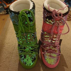 Få et helt unikt par Moon Boots, foret indvendig, med pailetter udvendig. Den ene grøn, den anden pink. Str. 35/38 aldrig brugt og stadig med tags.