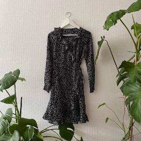 Smuk wrap kjole med fine detaljer fra Vero Moda ✨   NB: Prisen er fast & eksl. fragten.  Tager derfor ikke i mod bud.