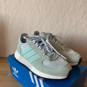 Sælger disse flotte Adidas Marathon Tech i en flot turkis farve.  Skoen er helt ny, med originale tags. Original kasse medfølger.  Det indvendige mål er 25cm.