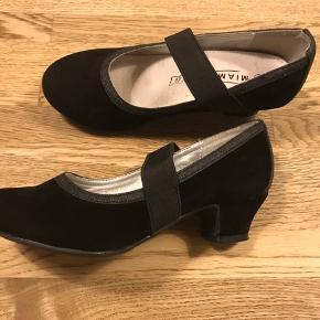 Str 30  Miamaja sko med lille hæl, brugt max 2 gange til fest, måler ca 19cm, nypris 349kr  100kr pp
