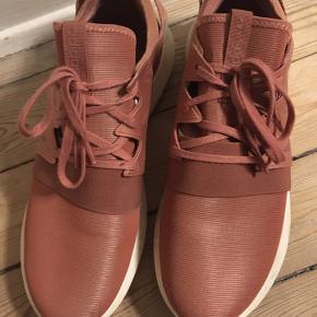 Adidas sneakers i rosa str. 42 2/3. Brugt 2 gange