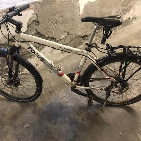 Hvid FOCUS cykel model Fatboy. Stellet er str. M.  Cyklen er brugt og fra 2007. Har dog kun været brugt til bykørsel.  Skal have foretaget nogle småreparationer men har fået skiftet alle tandhjul for 3 år siden og har ikke været brugt i 2 år (har stået indendørs).