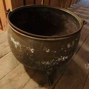 Stor kobber kedel fejler intet men har stået på loftet go til evt brænde eller der kan plantes  blomster i