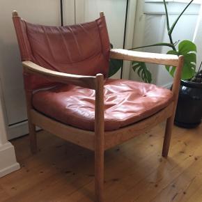 Super fed safari lign. stol. Stolen er en ældre model med patina, hvilket bare er charmerende. Dog mangler der en enkelt knap i midten af puden, men det skulle være nemt at sy i hvis man synes det betyder noget. Det har ikke haft nogen betydning for os, da man også kan sætte lammeskind over, puder eller et plaid til pynt.  Obs: stolen sættes også til salg på andre hjemmesider.   Stolen hentes på Vesterbro i Aalborg.