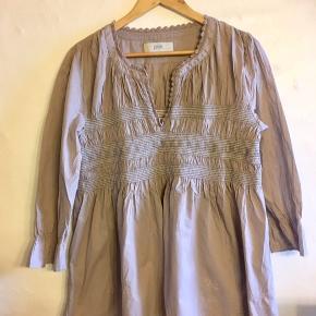 Sommerlig og behagelig skjortebluse i bomuld. Broderede detaljer.  Sender med DAO. Køber betaler forsendelse.