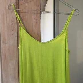 Neon slipsdress i satin, sælges også i brun😊 Afhentes i Aalborg C eller sendes på kæbers regning