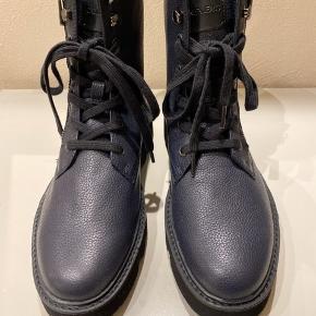 Sprit nye Calvin Klein ægte læderstøvle. Købt for små. Sælger kun til den angivne pris, så ingen skambud.  Bytter ikke.