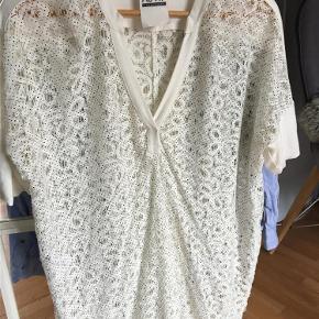 Kun brugt og vasket en gang, virkelig fin! Den er hvid med små sorte prikker.  Finneste tunika/top/lang bluse Farve: Hvid/Sort