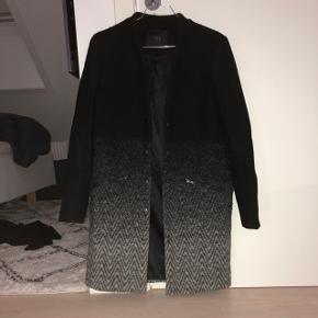 Flot frakke fra YAS sælges billigt!! Str 36, fremstår som ny - kun brugt få gange Nypris var 999kr