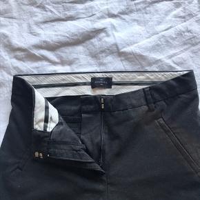 FIVEUNITS bukser  Perfekte Office pant 💼  Original strørrelsen er 27  Syningen på det ene ben er gået op (Som kan ses på billedet)  Har dog ikke prøvet at lægge den op ☺️