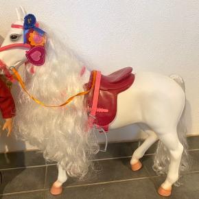 Our Generation hest og rytter. Har kun stået til pynt.  400 kr samlet. Enkeltvis 250 kr.